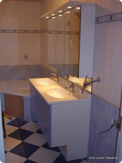 Baignoire d'angle pour cette salle de bain