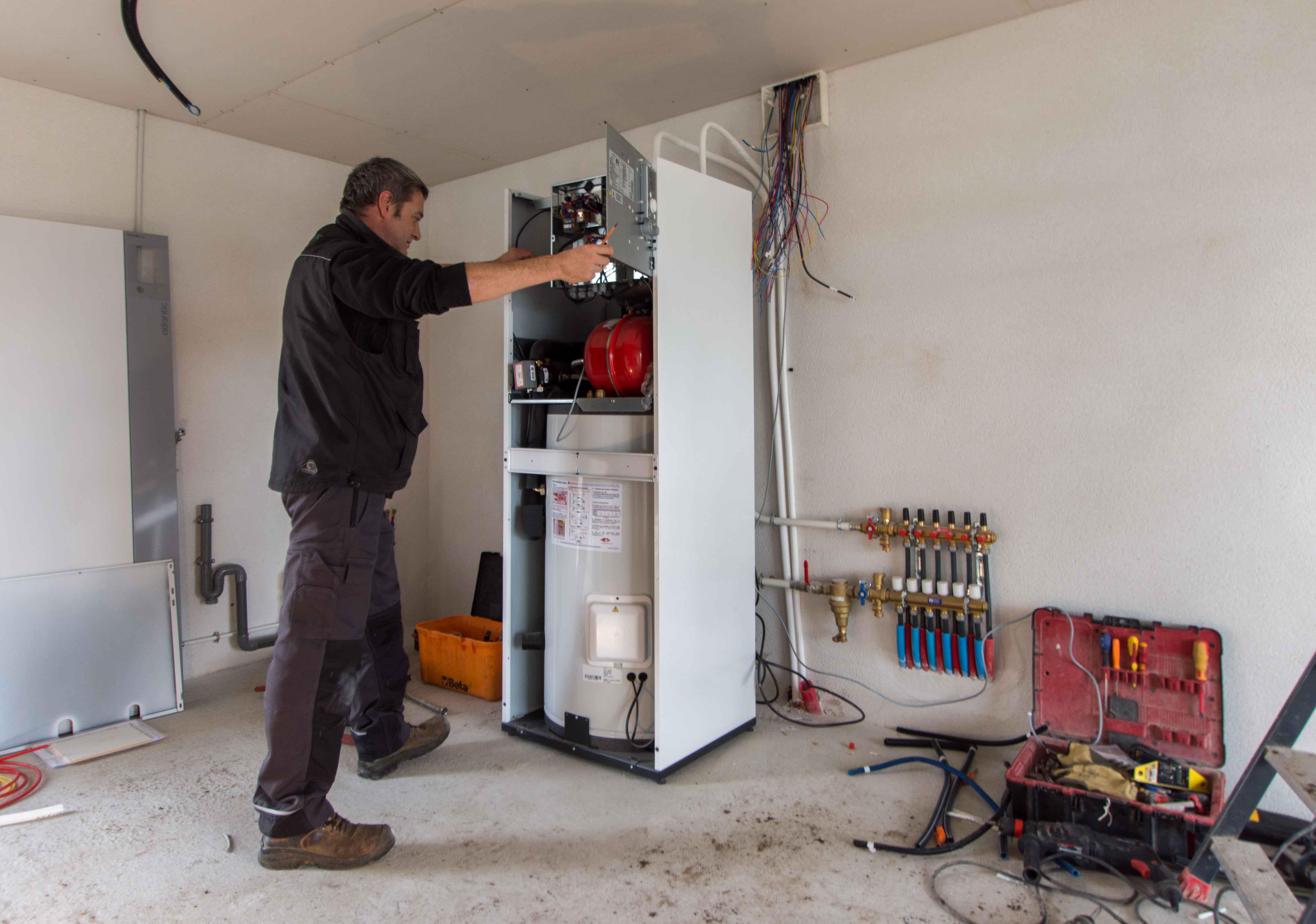 Chauffagiste installe une pompe à chaleur à Quimper.