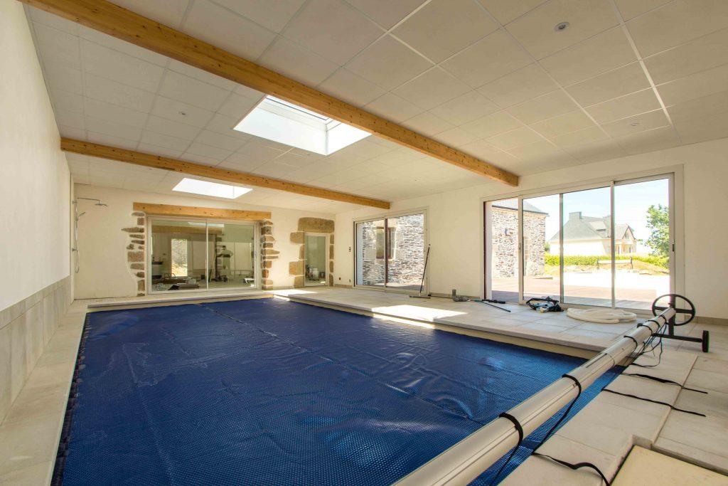 Un exemple de rénovation d'un ancien corps de ferme, avec ajout d'une piscine intérieure