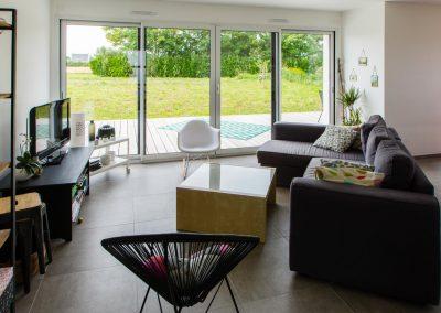Architecte d'intérieur décoration salon baie porte-fenêtre coulissant 4 vantaux aluminium noir à Quimper